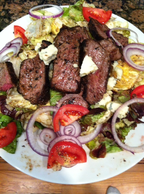 Steak salad with blue cheese and tomatoes